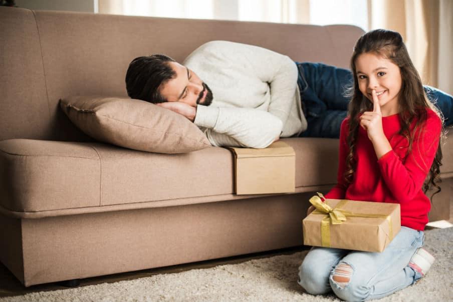 Pige der skal til at give sin sovende far en gave