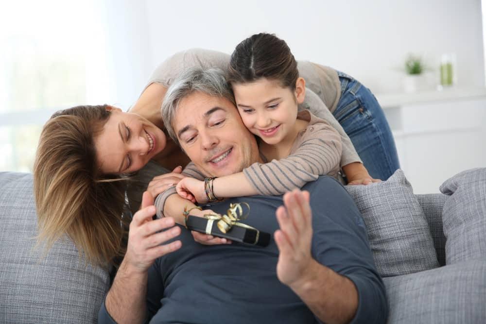 Far der modtager en fødselsdagsgave af sin datter og barnebarn