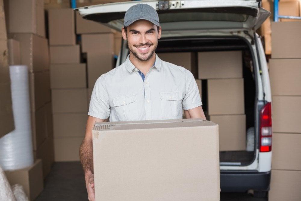 Mand der leverer pakker