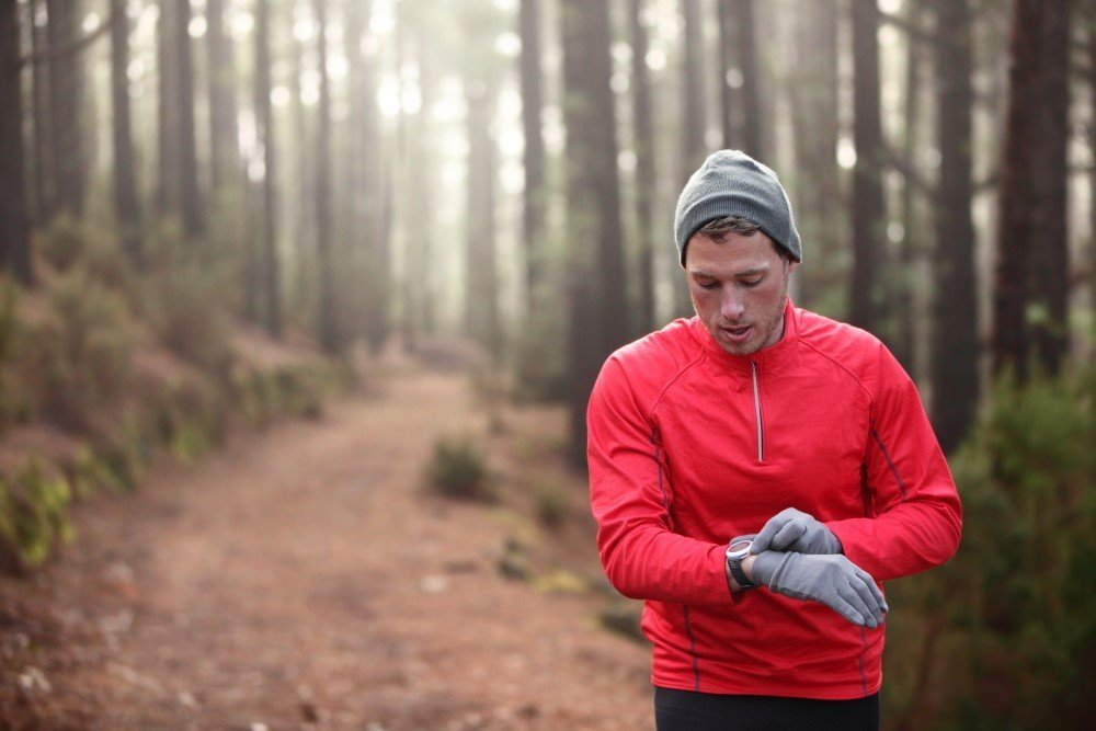 Mand der løber i skoven