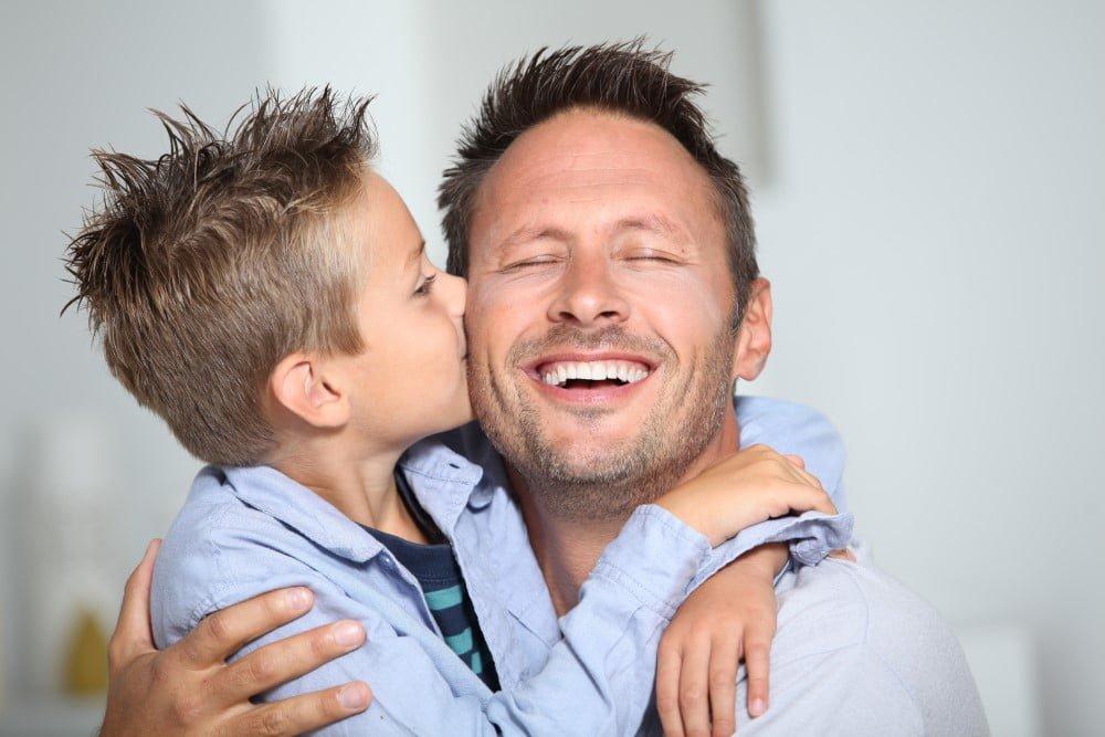Glad far med søn