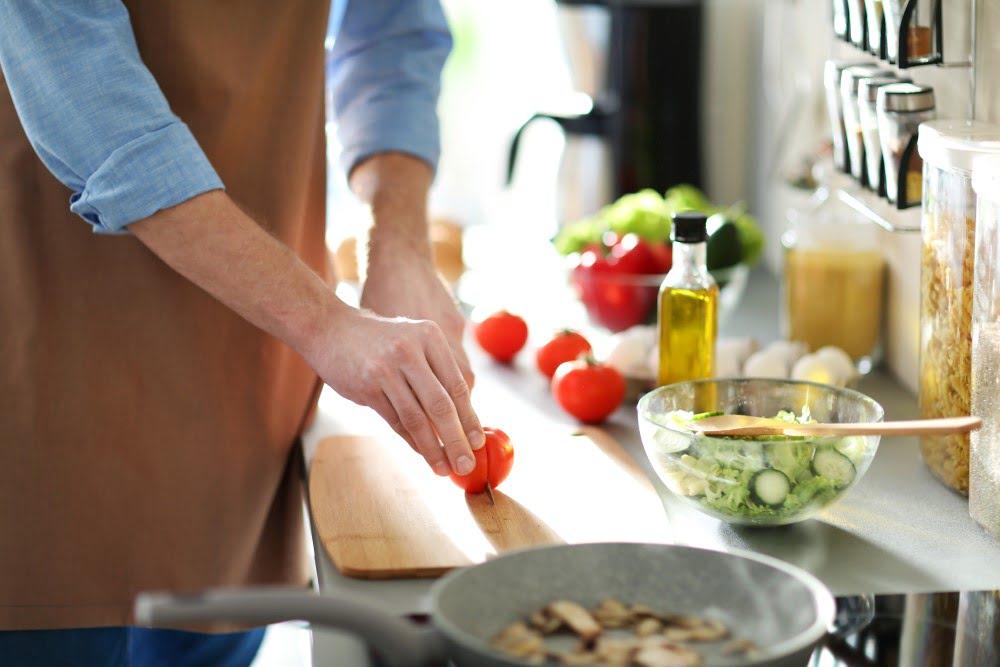 Mand der laver mad i sit køkken