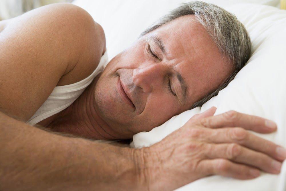 Mand der sover i sin seng