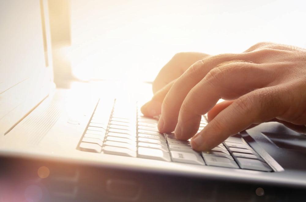 Mand der arbejder ved computer
