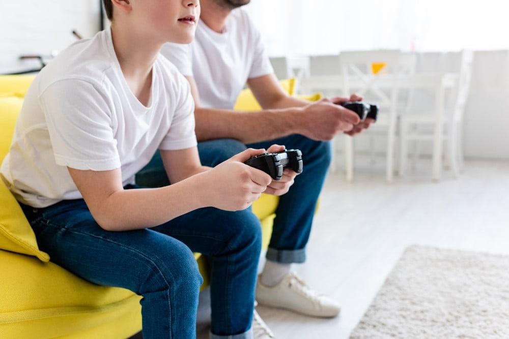 Far og søn der gamer